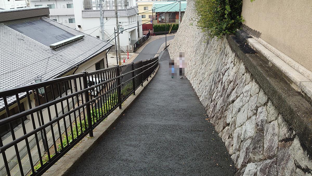 大和屋別荘の横の坂道